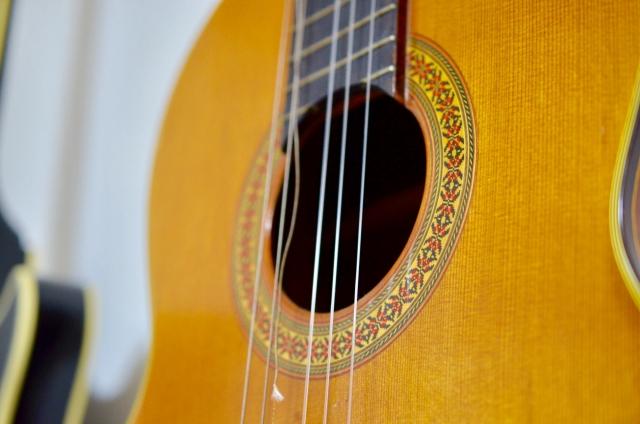 壊れたギターのイメージ画像